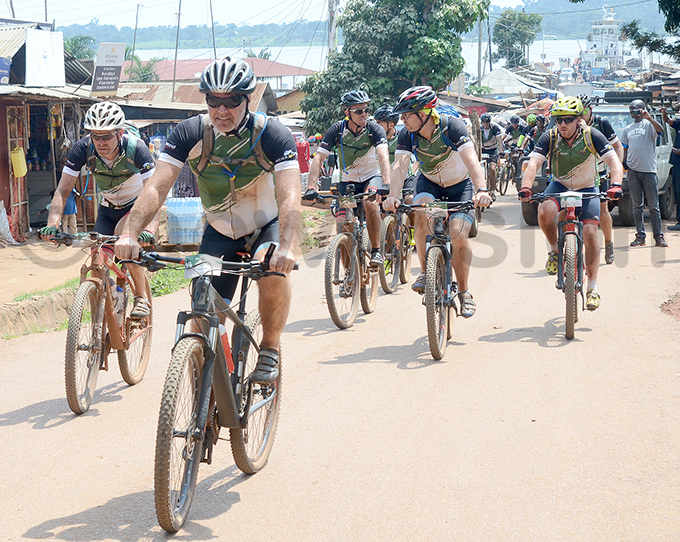 ome of the cyclists ride towards the finish line at akiwogo in ntebbe hoto by ichael subuga