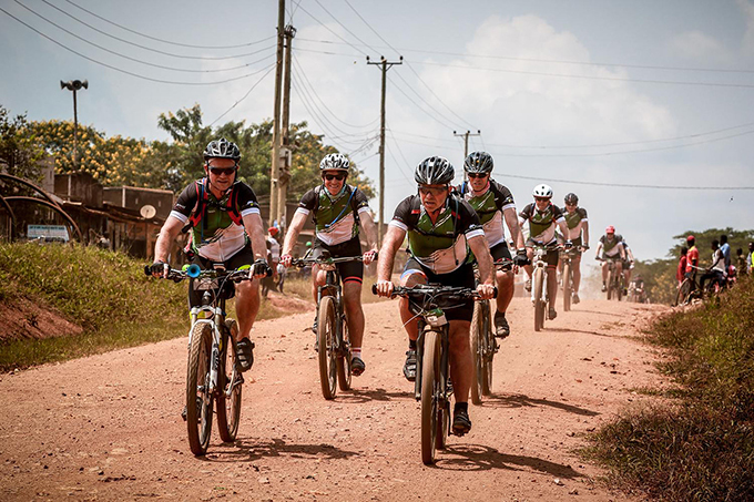 he cyclists going through one of the villages during the frica lassic hoto by ppo arsijns